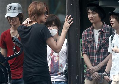 左から岡本圭人、髙木雄也、知念侑李、伊野尾慧、有岡大貴
