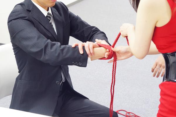 手首に巻いた縄がきちんと揃ったままになるように指を挟んで