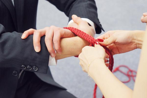 手首の縄が絞まらないよう気をつけながら結び目づくり