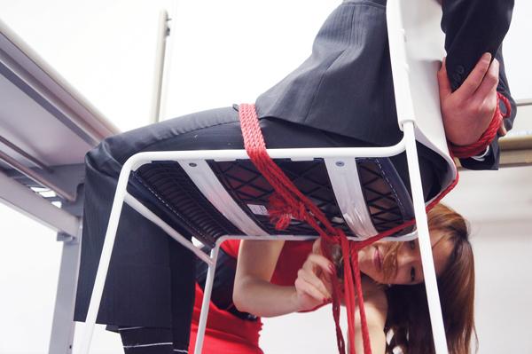 椅子の下も縄が這います