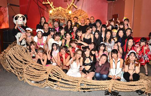 """完成した""""ドラゴンロープ""""の前で、出演者とブース出展者の皆さん。フェチ道を突っ走る女性パフォーマーたちがフロアを盛り上げた"""