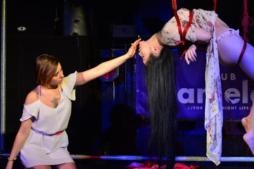Marika Gorgone(左・縄師)×紫月いろは。小さな身体で女性を吊り上げるGorgoneの軽やかながら冷静、かつ情緒ある縛りに注目