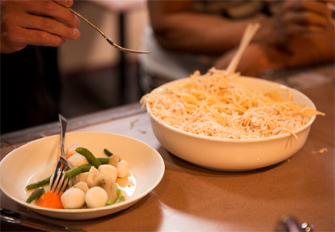 この日のまかないランチは鶏ササミのヘルシーパスタと茹で野菜。美味しくはないそうです!
