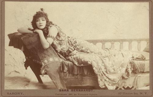 クレオパトラに扮したフランスの大女優、サラ・ベルナール