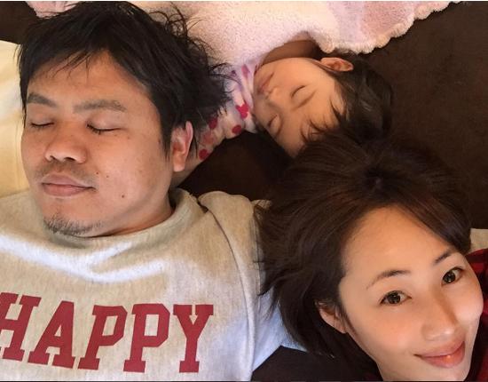 """幸せそうな""""寝正月""""♪ 井上和香Instagramより"""
