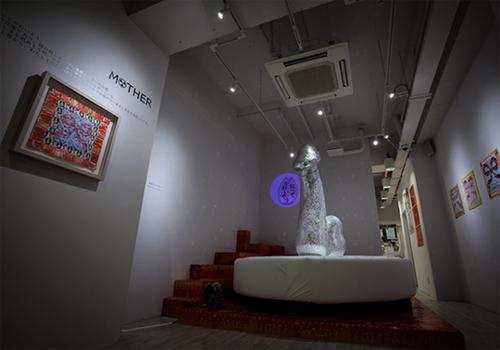 増田ぴろよのアート作品/男性アイドルのCDでつくられた巨大ミラーボール「鎮魂ミラーボール」Photo by Masayo