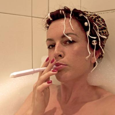 アナリス、お風呂でタバコ…ではなく、タンポンかーい! wit_myt Instagramより