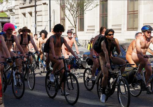 """""""裸にリュック""""ってなんだか可愛い Photo by Chris Sampson from Flickr"""