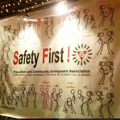 性教育に繋がるようなこんなものも。「安全第一」……その通りです。 Instagram(#Cabbages & Condoms Restaurant Thailand)より