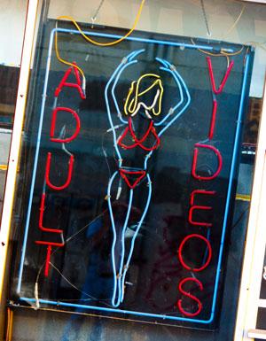 女性スタッフにセクハラ、AVコーナーで射精する客も…レンタルビデオ屋で出会った珍客の画像1