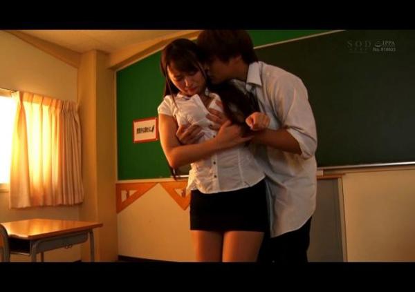 放課後の教室でエッチ 教師が超年下の教え子にオラつかれて従順に…の画像1