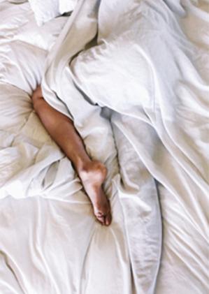 「後輩の愛撫がエロすぎ」「18歳大学生と朝まで……」アラサー女子の年下セックス体験の画像1